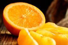 Mogen saftiga nya apelsiner, helt, snitt och skivor Arkivfoton