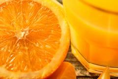 Mogen saftiga nya apelsiner, helt, snitt och skivor Arkivbild