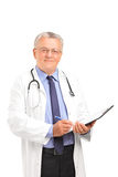 Mogen sjukvårdprofessionell som rymmer en clipboard Royaltyfri Foto