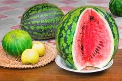 Mogen skivad vattenmelon och äpplen Royaltyfria Bilder