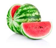 Mogen skivad vattenmelon som isoleras på vit bakgrund Arkivbild