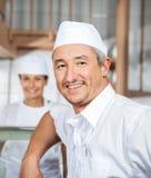 Mogen slaktare Smiling At Butchery för säker man royaltyfria bilder