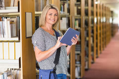 Mogen student som studerar i arkivet Arkivfoto