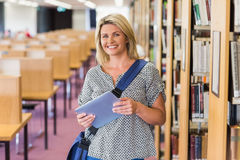 Mogen student som studerar i arkivet med minnestavlan Arkivbilder