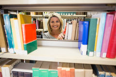 Mogen student som tar en bok i arkiv Royaltyfria Foton