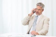 mogen telefon för affärsman Royaltyfri Bild