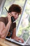 mogen telefonkvinna arkivbild