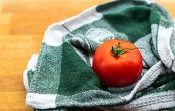 Mogen tomat på träbräde Arkivbild