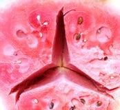 mogen vattenmelon för halvt snitt med tecknet av en berömd bil Arkivbilder