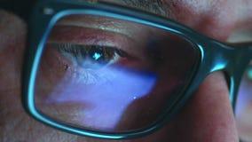 Mogen vuxen man med exponeringsglas som arbetar på natten Slutet sköt upp, reflexioner arkivfilmer