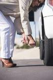 Moget avbrott för bil för kvinnadäckändring ner Royaltyfria Bilder