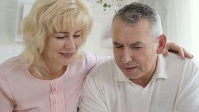 Moget gift par som lär att använda minnestavladatoren arkivfilmer