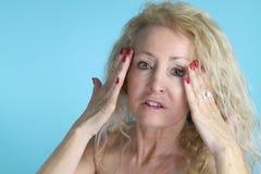 Moget kvinnligt trycka på hennes hud Arkivbilder