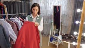 Moget lager för mode för kläder för försök för kvinnapassformskjorta arkivfilmer