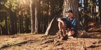 Moget mansammanträde på en campingplats royaltyfri fotografi