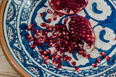 Moget och nytt granatäpplefrö på den härliga traditionella mellersta östliga leraplattan Arkivfoto