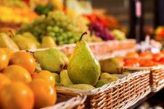 Moget päron mot bakgrunden av en marknad arkivfoton