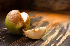 Moget päron på en trätabell Royaltyfri Bild