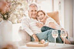 Moget parsammanträde för lycklig romantiker på fåtöljen arkivfoto