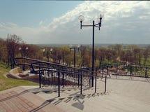 MOGILEV, ΛΕΥΚΟΡΩΣΙΑ - 27 ΑΠΡΙΛΊΟΥ 2019: περιοχή πάρκων με μια σκάλα και μια πηγή στοκ φωτογραφία