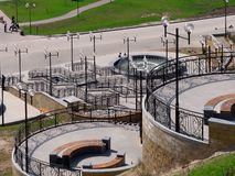 MOGILEV, ΛΕΥΚΟΡΩΣΙΑ - 27 ΑΠΡΙΛΊΟΥ 2019: περιοχή πάρκων με μια σκάλα και μια πηγή στοκ φωτογραφίες