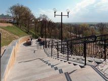 MOGILEV, БЕЛАРУСЬ - 27-ОЕ АПРЕЛЯ 2019: район парка с лестницей и фонтаном стоковое фото rf