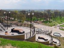 MOGILEV, BELARUS - 27 AVRIL 2019 : secteur de parc avec un escalier et une fontaine photos libres de droits