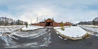 MOGILEV BIAŁORUŚ, GRUDZIEŃ, -, 2017: panorama 360 stopni kąta widoku pobliskiej bramy drewniany wakacje dom w zima chmurnym dniu  obrazy stock