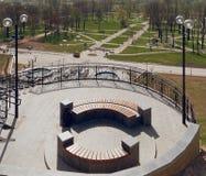 MOGILEV, BIELORRUSIA - 27 DE ABRIL DE 2019: ?rea del parque con una escalera y una fuente foto de archivo libre de regalías