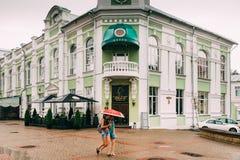 Mogilev, Bielorrusia Gente que camina en la calle vieja en el verano D lluviosa fotos de archivo libres de regalías