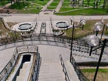 MOGILEV VITRYSSLAND - APRIL 27, 2019: parkera omr?de med en trappuppg?ng och en springbrunn arkivfoto