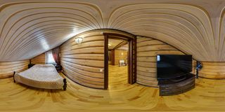 MOGILEV, WIT-RUSLAND - DECEMBER, 2017: panorama 360 van de hoekgraden mening in houten slaapkamer met TV in vakantiehuis in equir royalty-vrije stock foto