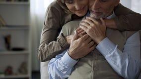 Moglie anziana felice che abbraccia marito, uomo che tiene le sue mani, relazioni armoniche fotografia stock
