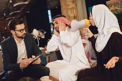 Moglie araba alla ricezione delle grida del terapista fotografia stock libera da diritti