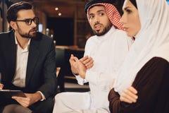 Moglie araba rispedita sul marito alla ricezione immagine stock libera da diritti