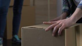 Moglie arrabbiata che aspetta fino alla roba della riunione del marito nella scatola di cartone, divorzio archivi video