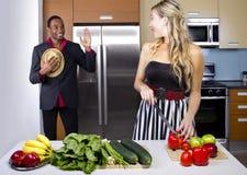 Moglie che cucina la cena di sorpresa fotografie stock libere da diritti