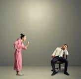 Moglie che grida al marito pigro fotografie stock libere da diritti