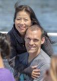Moglie coreana che gode di un giro in barca di vacanza con il suo marito caucasico a Seattle, Washington fotografia stock