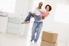 Moglie della holding del marito nel nuovo sorridere domestico immagini stock