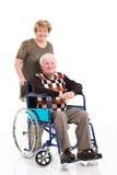 Moglie della sedia a rotelle dell'uomo anziano immagine stock