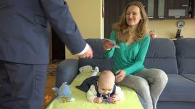 Moglie di elasticità dell'uomo d'affari con l'euro del bambino 500 Congedo di maternità della moglie 4K video d archivio