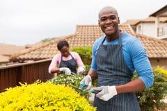 Moglie di giardinaggio dell'uomo africano fotografia stock libera da diritti