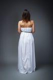 Moglie di giorno delle nozze dal lato posteriore immagini stock
