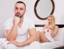 Moglie e marito che incontrano difficoltà a letto Fotografie Stock Libere da Diritti