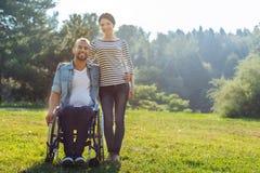 Moglie ed il suo marito con le inabilità che posano nel prato Fotografia Stock Libera da Diritti