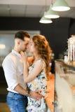 Moglie europea giovane che abbraccia marito al caffè immagini stock libere da diritti