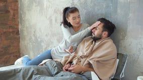 Moglie positiva che prende cura del marito che subisce trattamento a casa archivi video