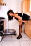 Moglie sexy della casa dal forno. fotografia stock
