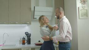Moglie sorprendente di amore dell'uomo con la prima colazione di mattina archivi video